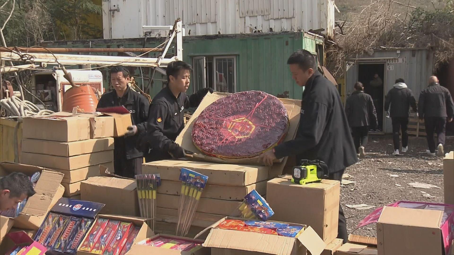 警方落馬洲檢一噸煙花爆竹約值二百萬元