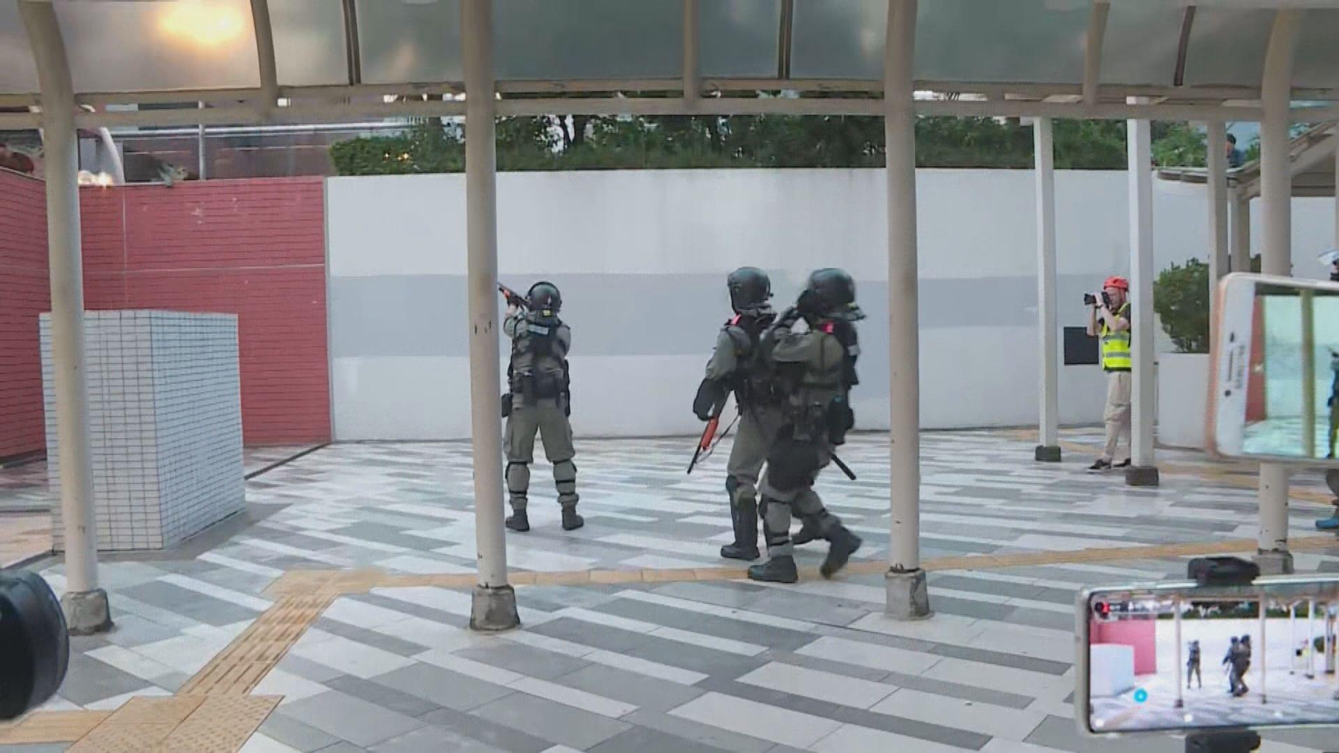 屯門時代廣場有市民聚集 警方施放催淚彈驅散