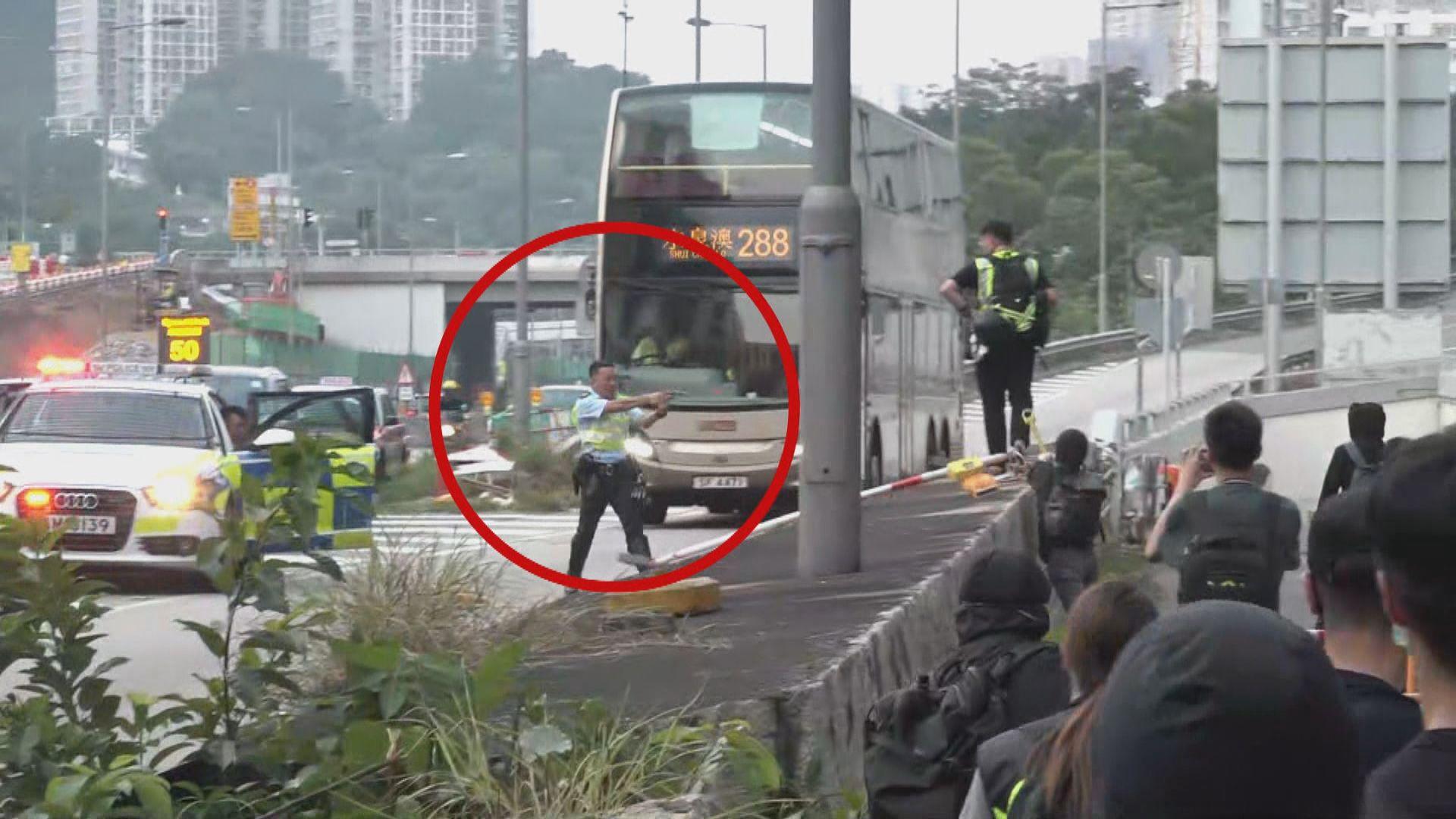 示威者大埔公路堵路 警員一度舉真槍警告