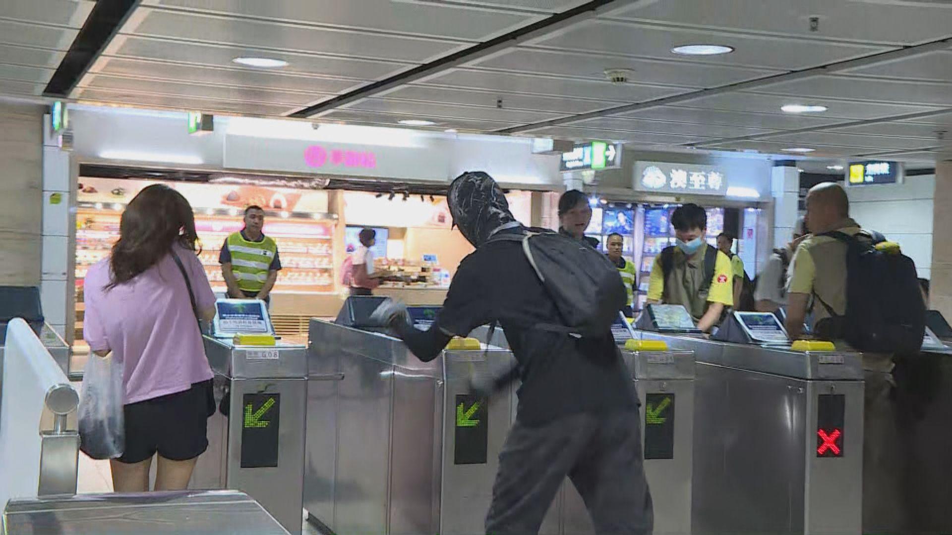沙田有示威者破壞港鐵出入閘機 警到新城市制服至少兩人