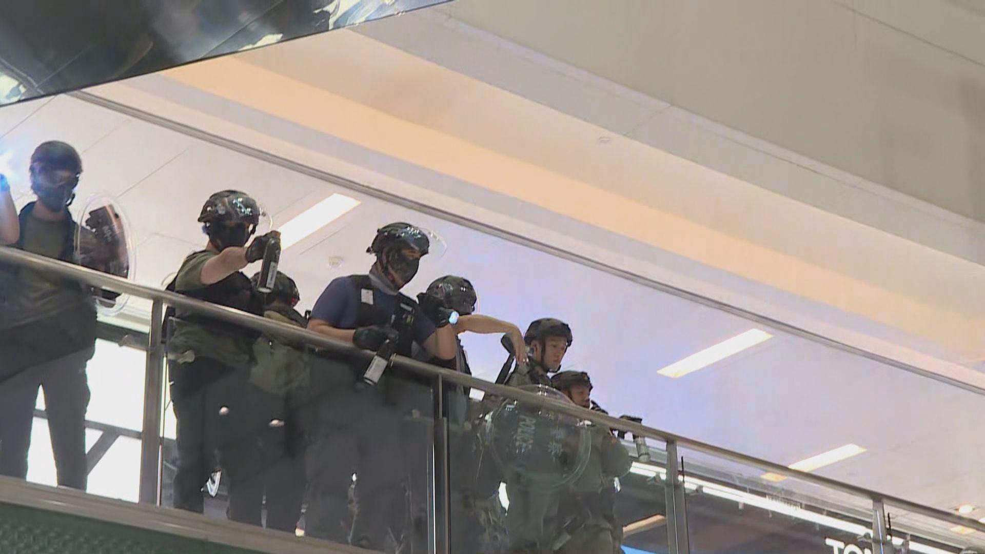 警方進入多區商場拘捕多人並多次噴胡椒水