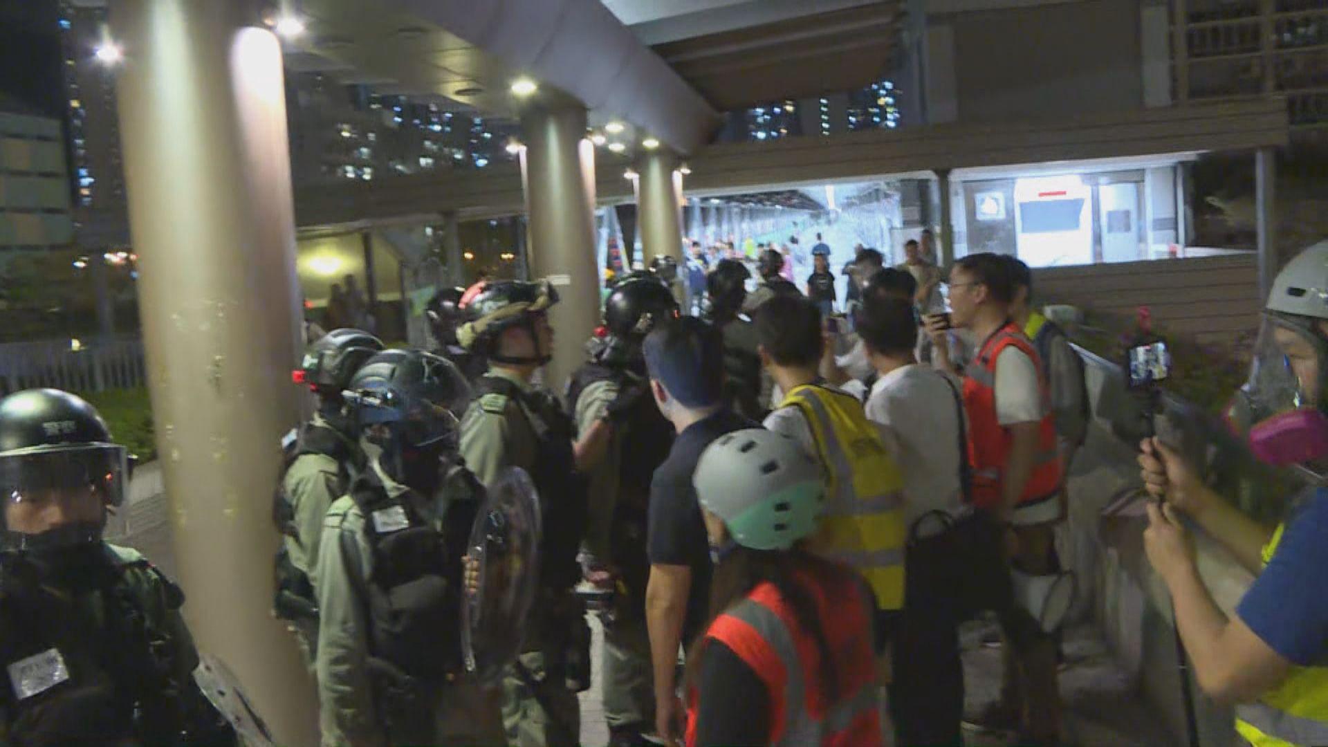 防暴警察將軍澳一商場外施放胡椒噴霧