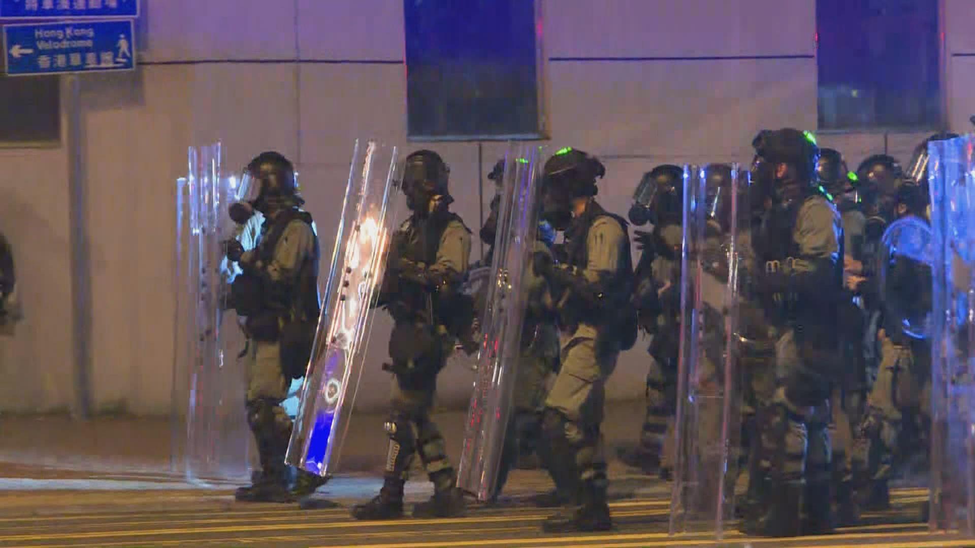 示威者凌晨於將軍澳堵路 警施放多輪催淚彈