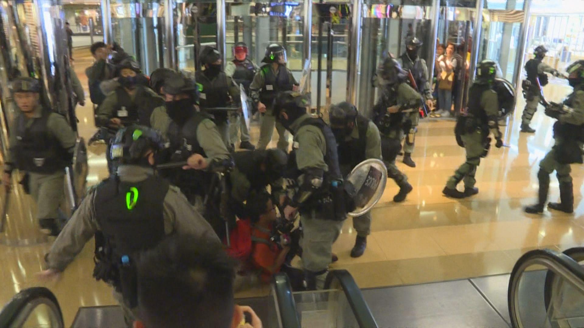 防暴警察入太古城商場驅趕人群 有人被制服