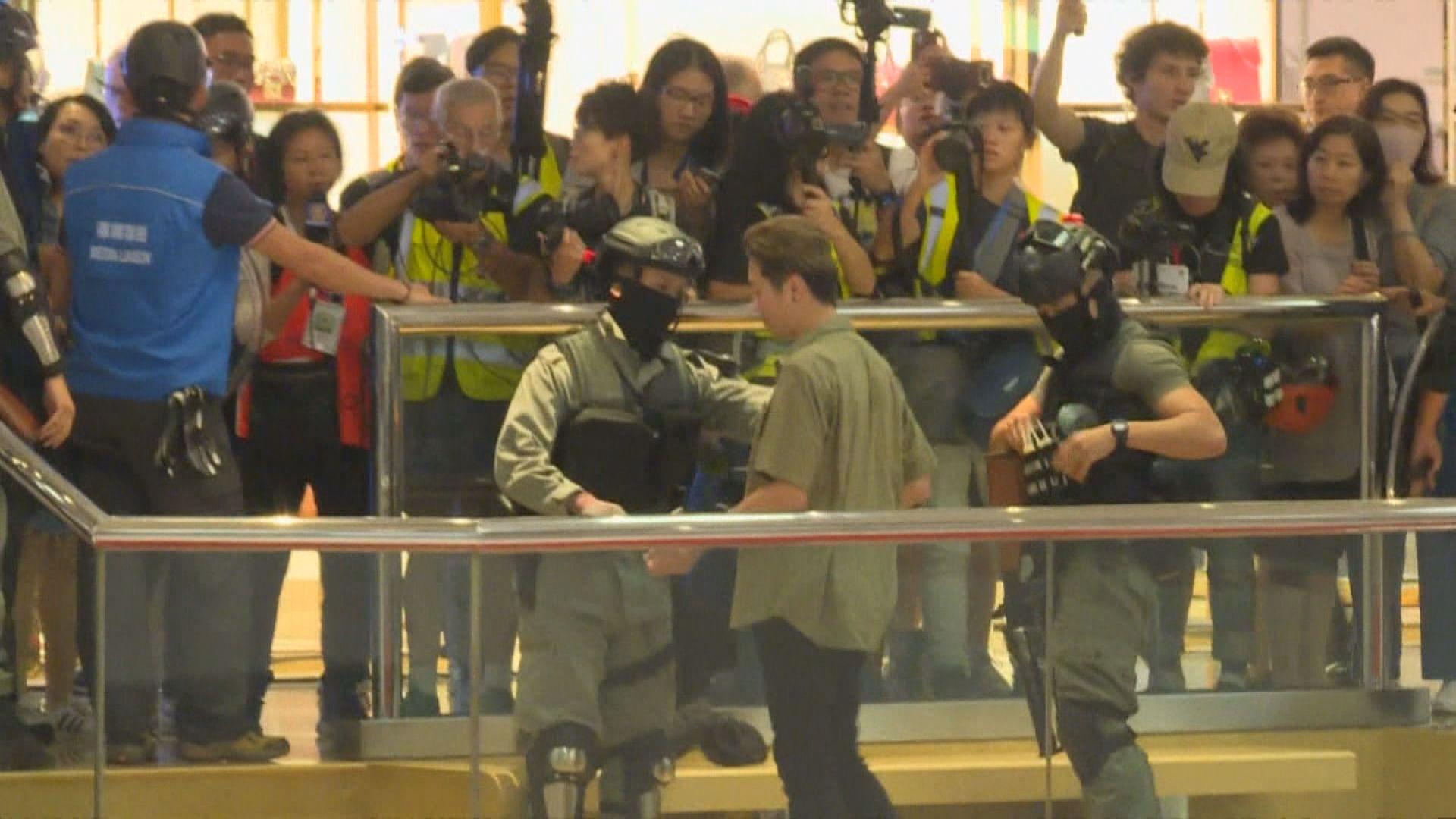 防暴警察入太古城商場驅趕 商場之後關閉