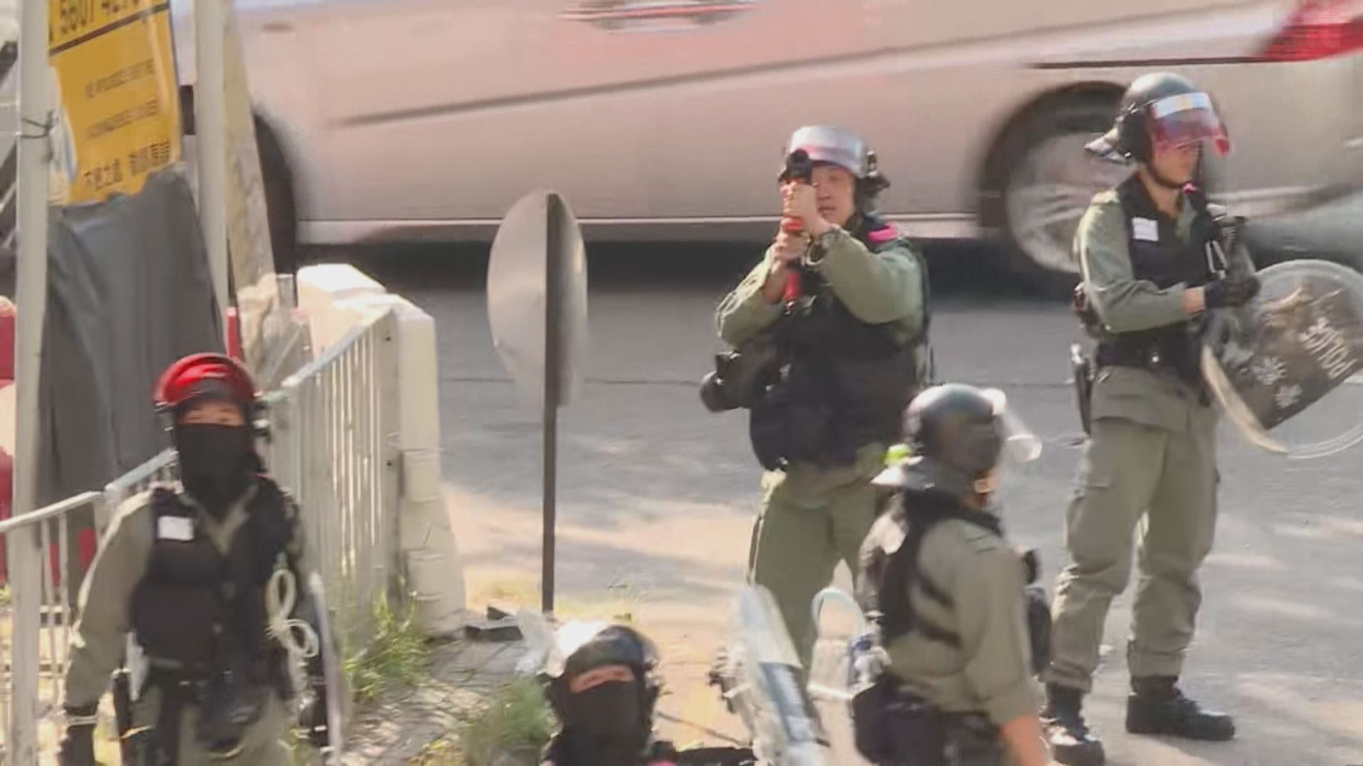 屯門有人集結 警員舉藍旗並一度舉槍戒備