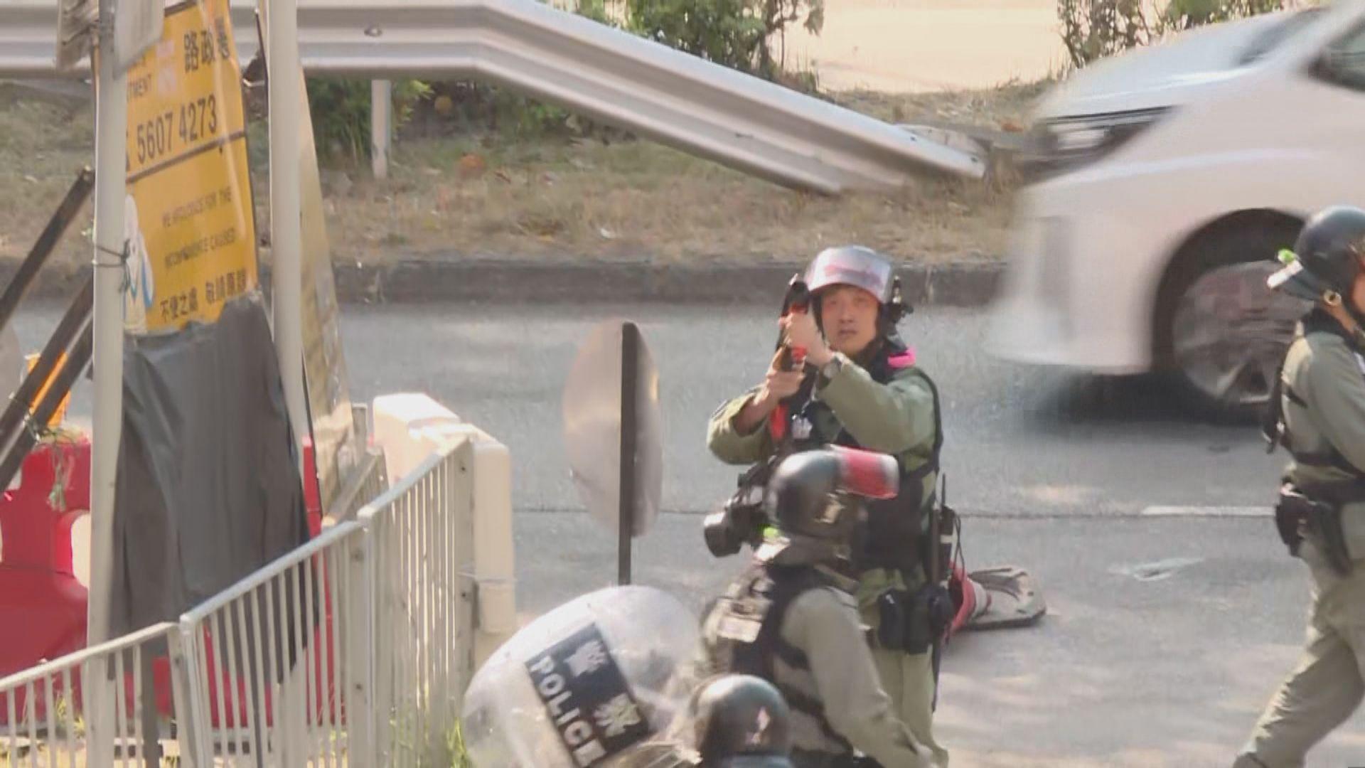 屯門有人集結和堵路 警員一度舉槍指向市民