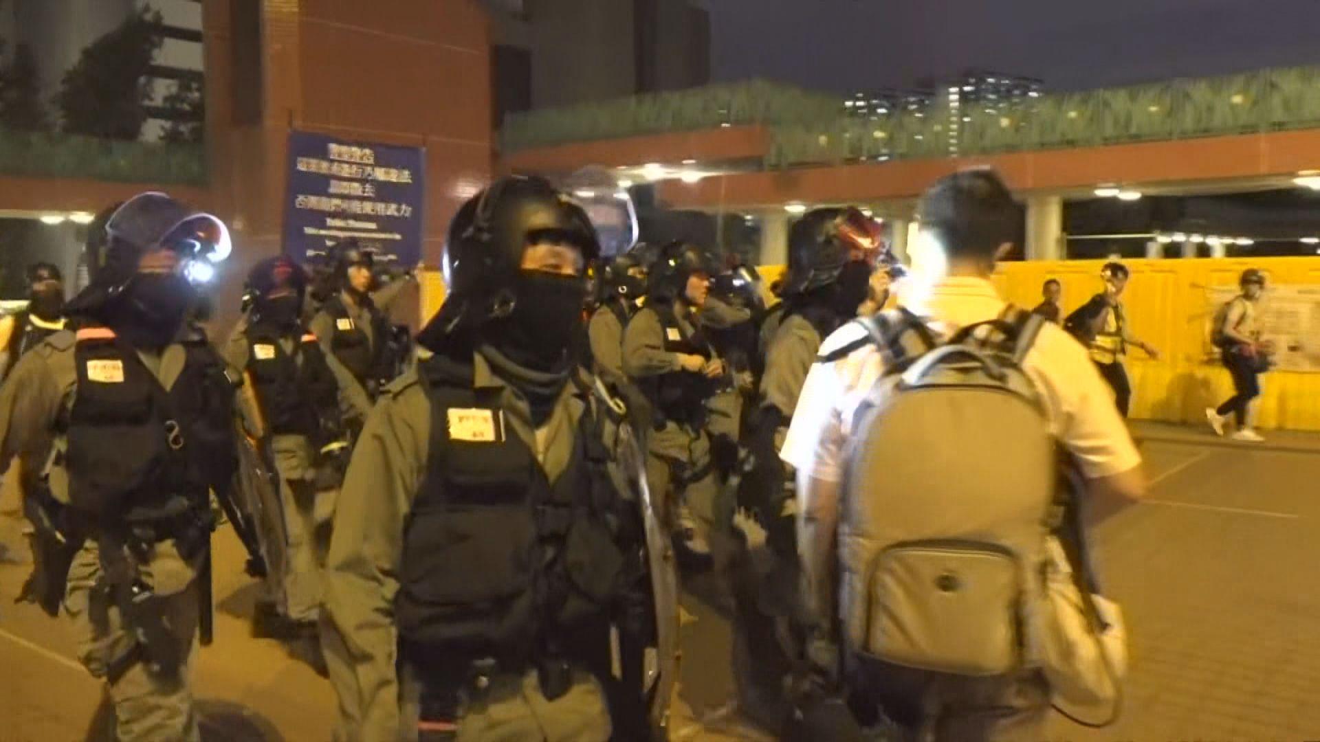 警員晚上在屯門再度舉藍旗