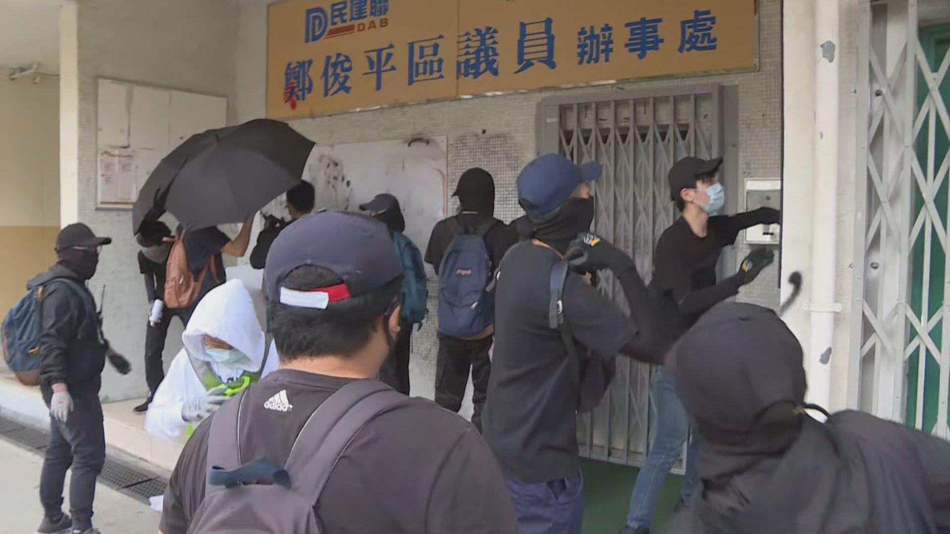有示威者破壞大埔民建聯區議員辦事處