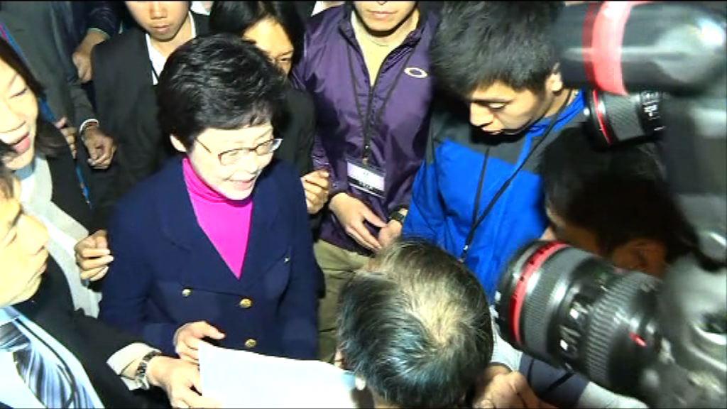 多個團體特首選舉論壇會場外示威