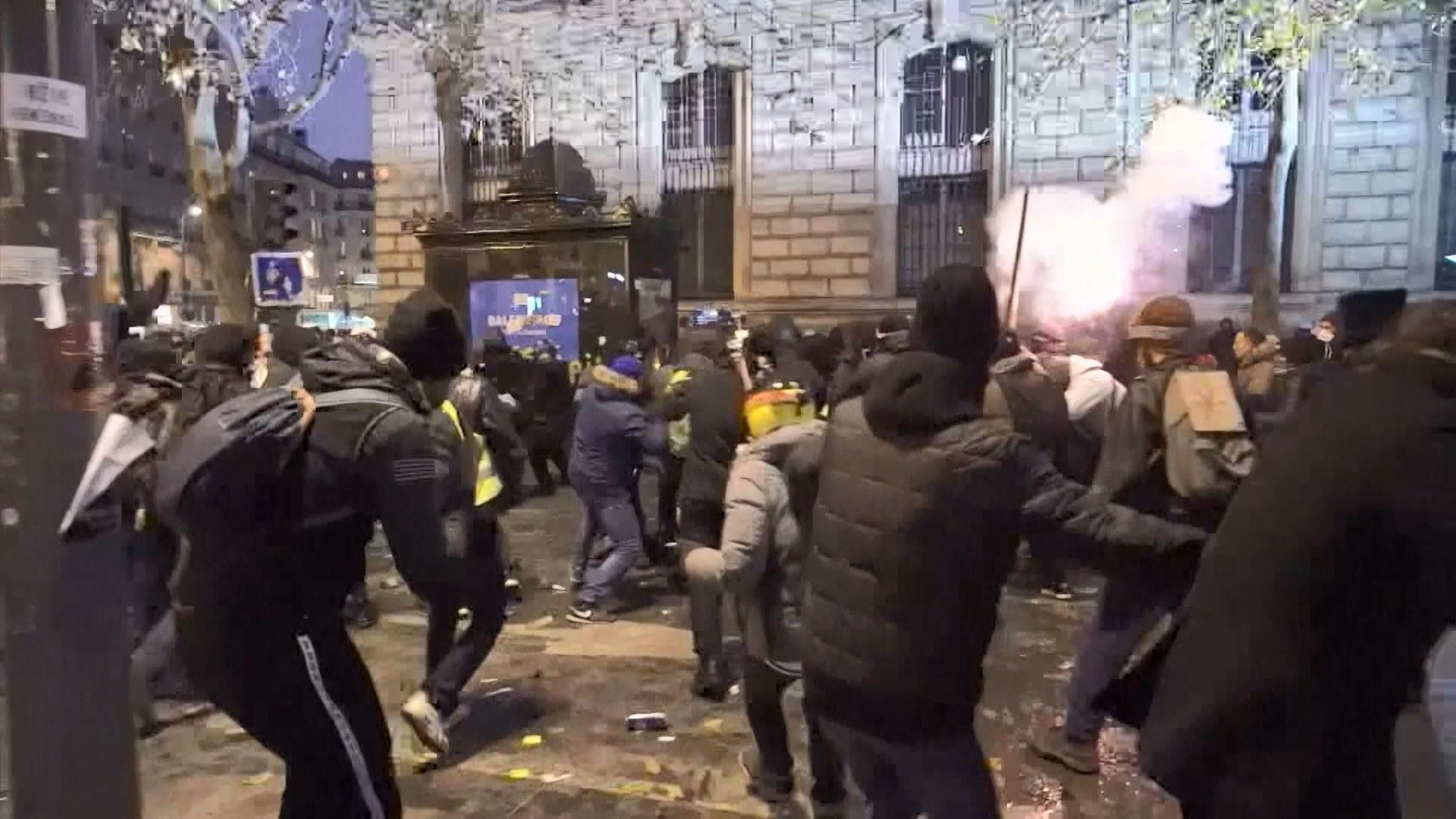 法國全國大罷工多處爆發激烈衝突 多人被捕