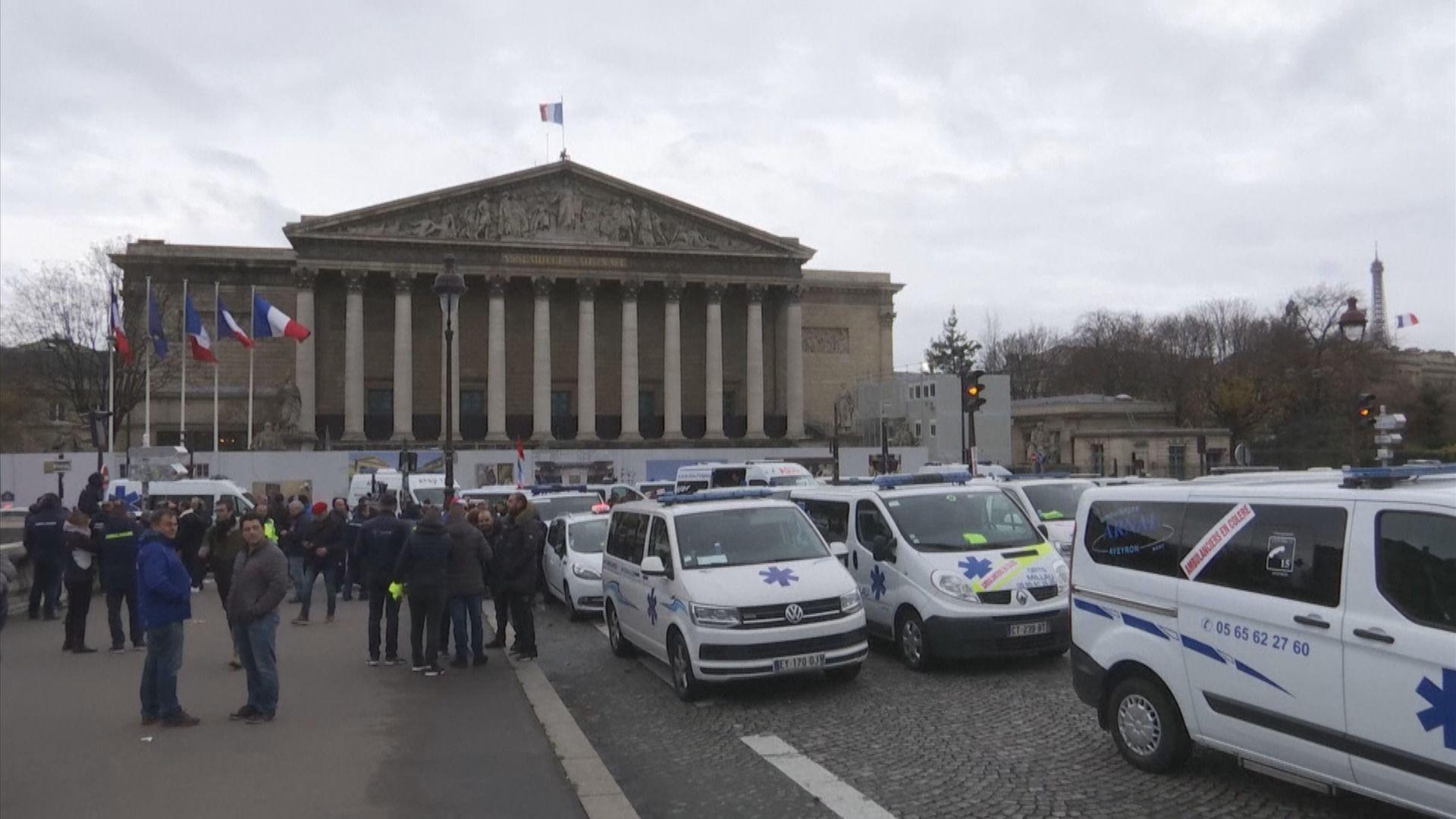 法國一批救護員加入示威行列