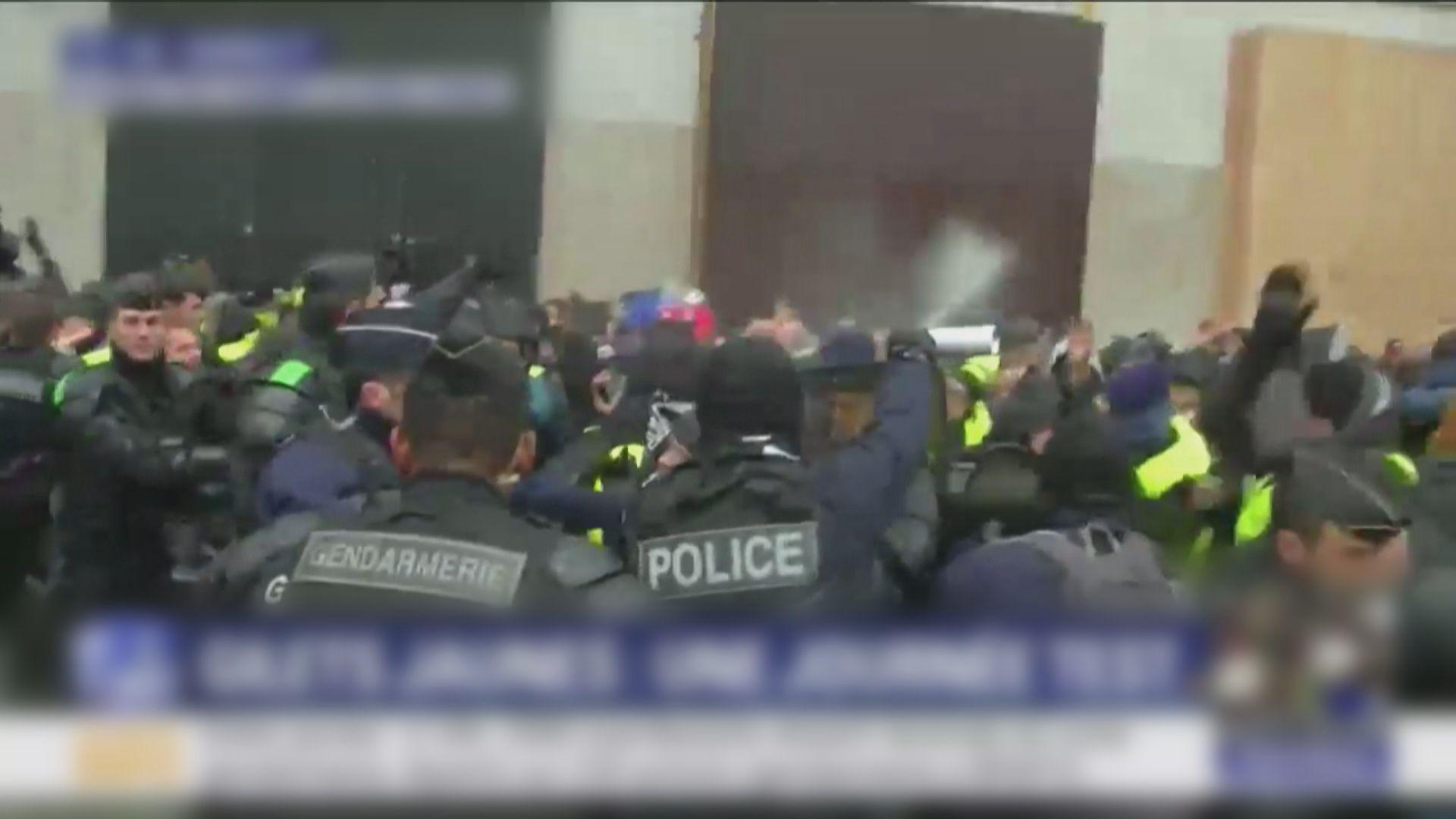 法國巴黎黃背心示威再有衝突 逾八十人被捕