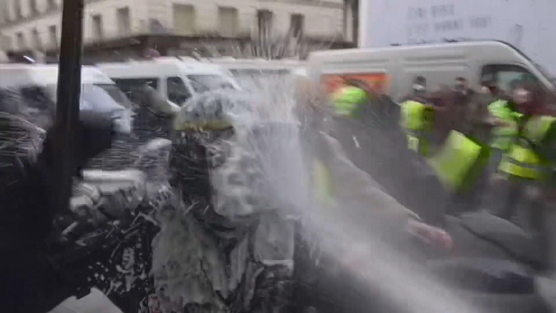 法國黃背心示威持續 一度爆發衝突