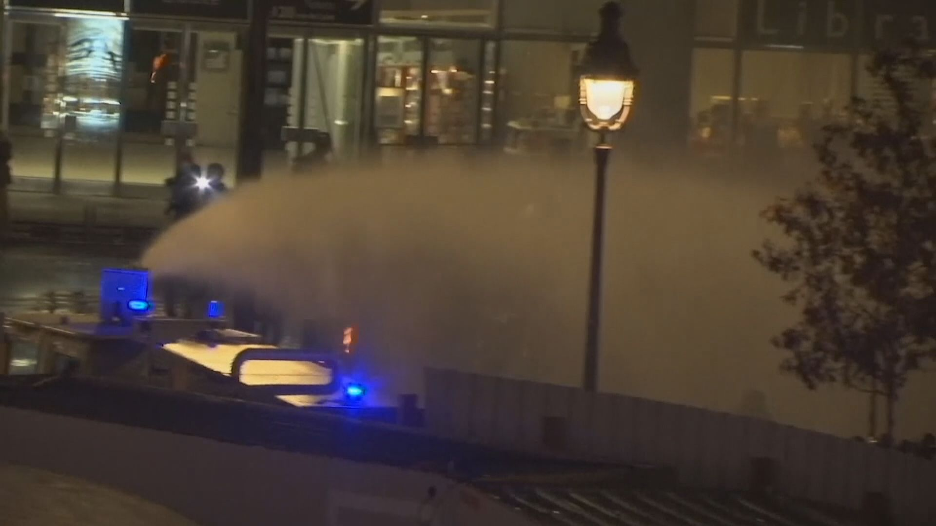 法國巴黎示威持續至入夜 警方出動水炮車驅散
