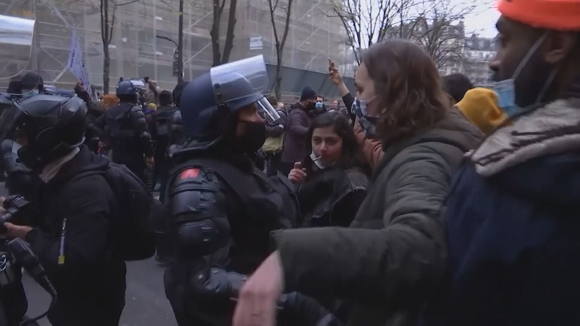 法國巴黎數千民眾上街 有人縱火燒車