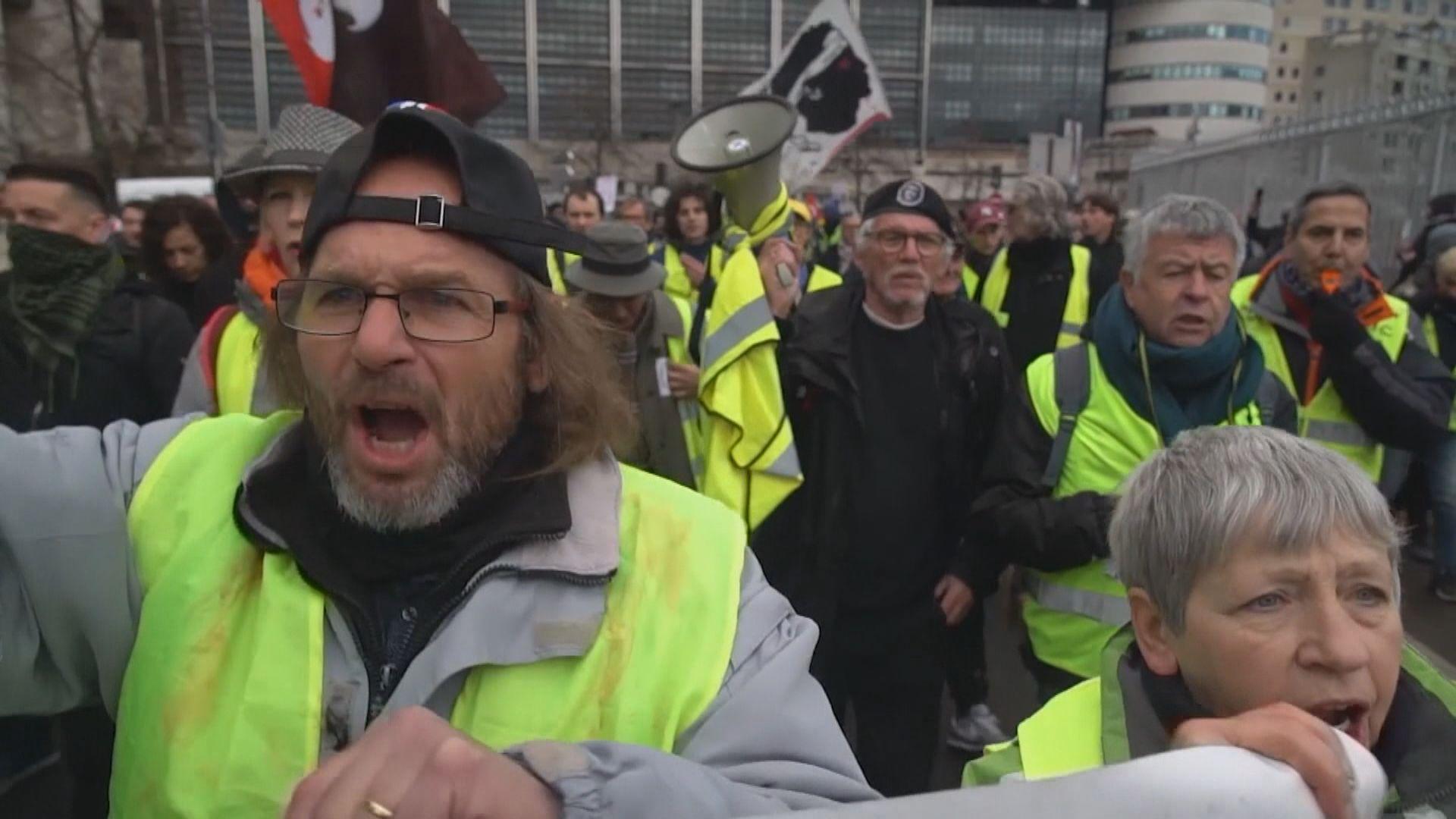 法國黃背心示威者抗議政府改革退休金制度