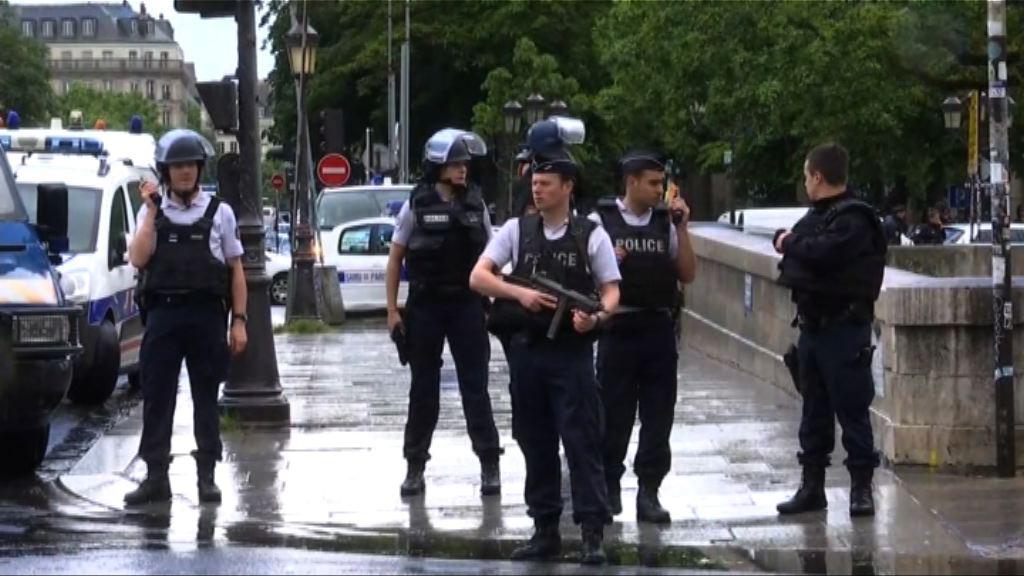 巴黎聖母院男子襲警後被槍傷制服