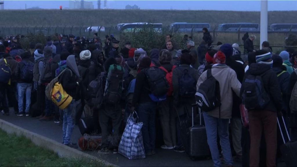 法國開始搬遷聚居加來難民