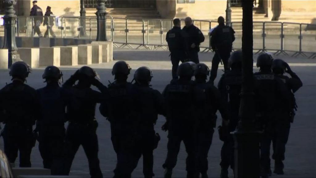 男子羅浮宮持刀襲擊軍人 法國:事件疑似恐襲