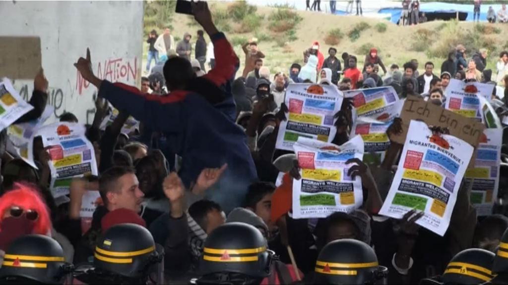 法國加來數百示威者聲援難民