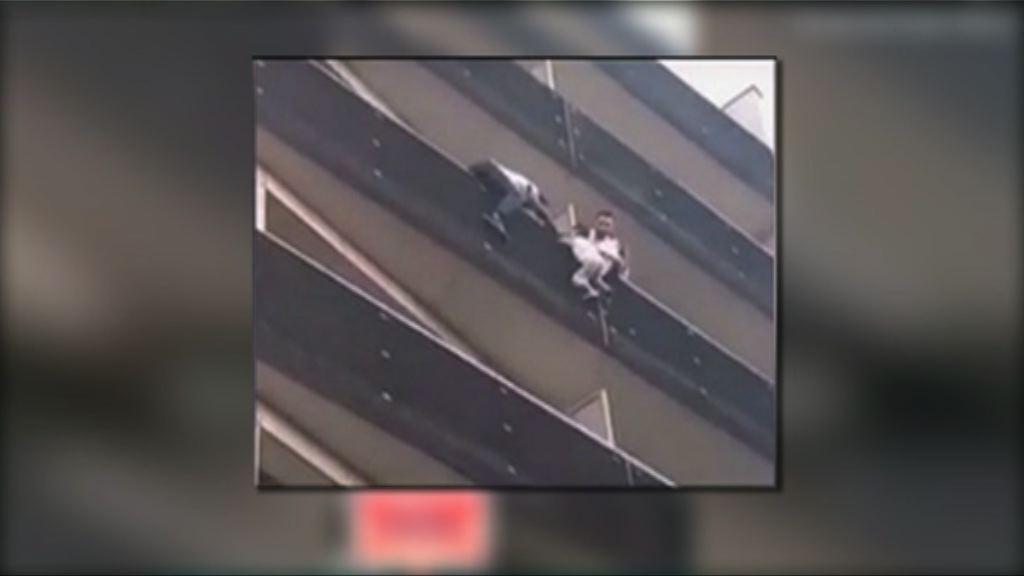 巴黎男子徒手爬上四樓救小孩