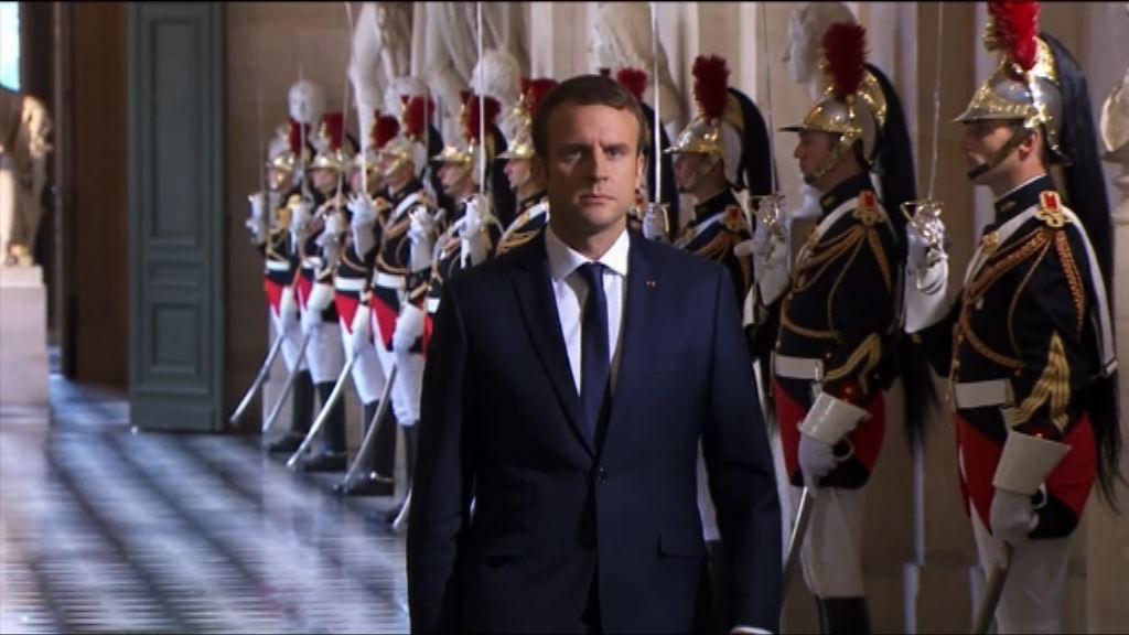 馬克龍凡爾賽宮發表演說被批態度如君臨天下