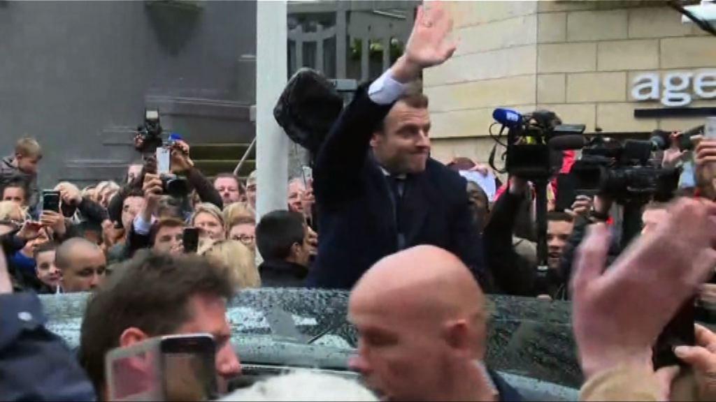 法國總統選舉 馬克龍偕同妻子前往投票