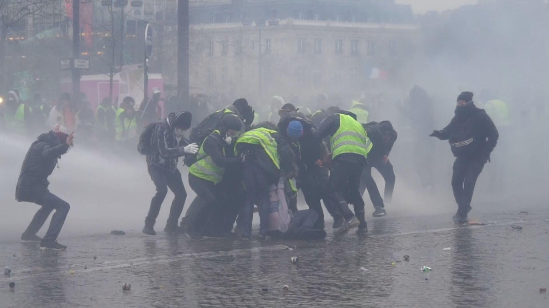 法國巴黎黃背心示威者與警方衝突