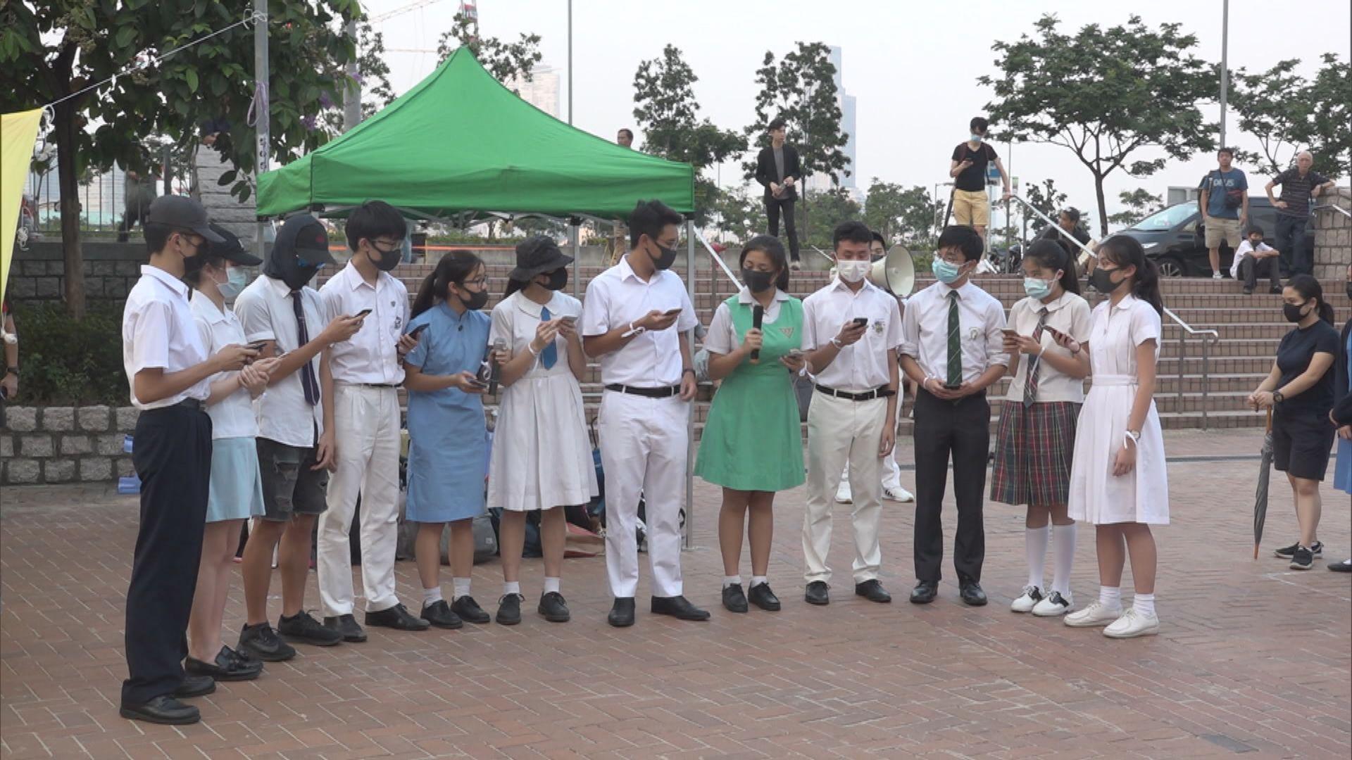 百名中學生砌出FREE HK字樣