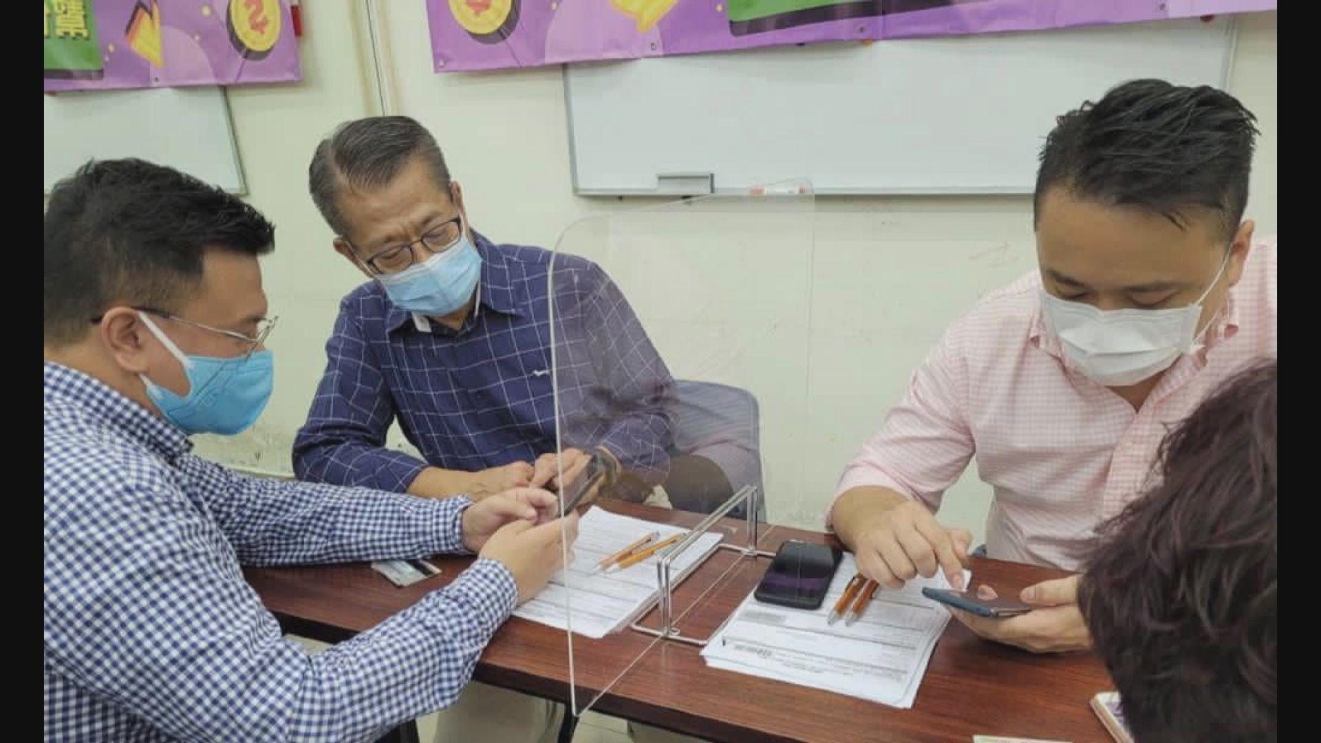 陳茂波早上落區宣傳並協助市民網上登記電子消費券