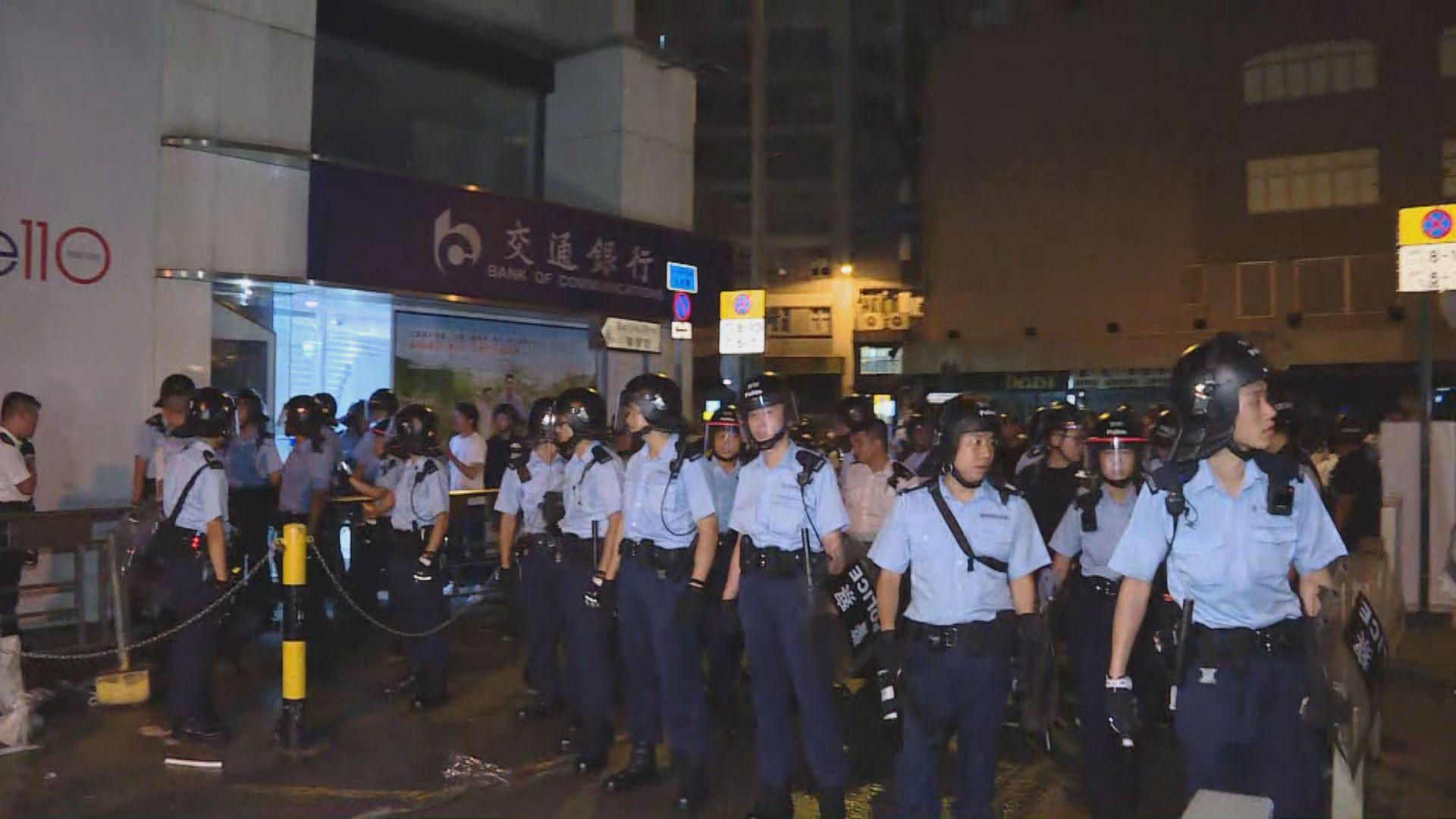 警方凌晨清場 部分人登記資料後獲准離開