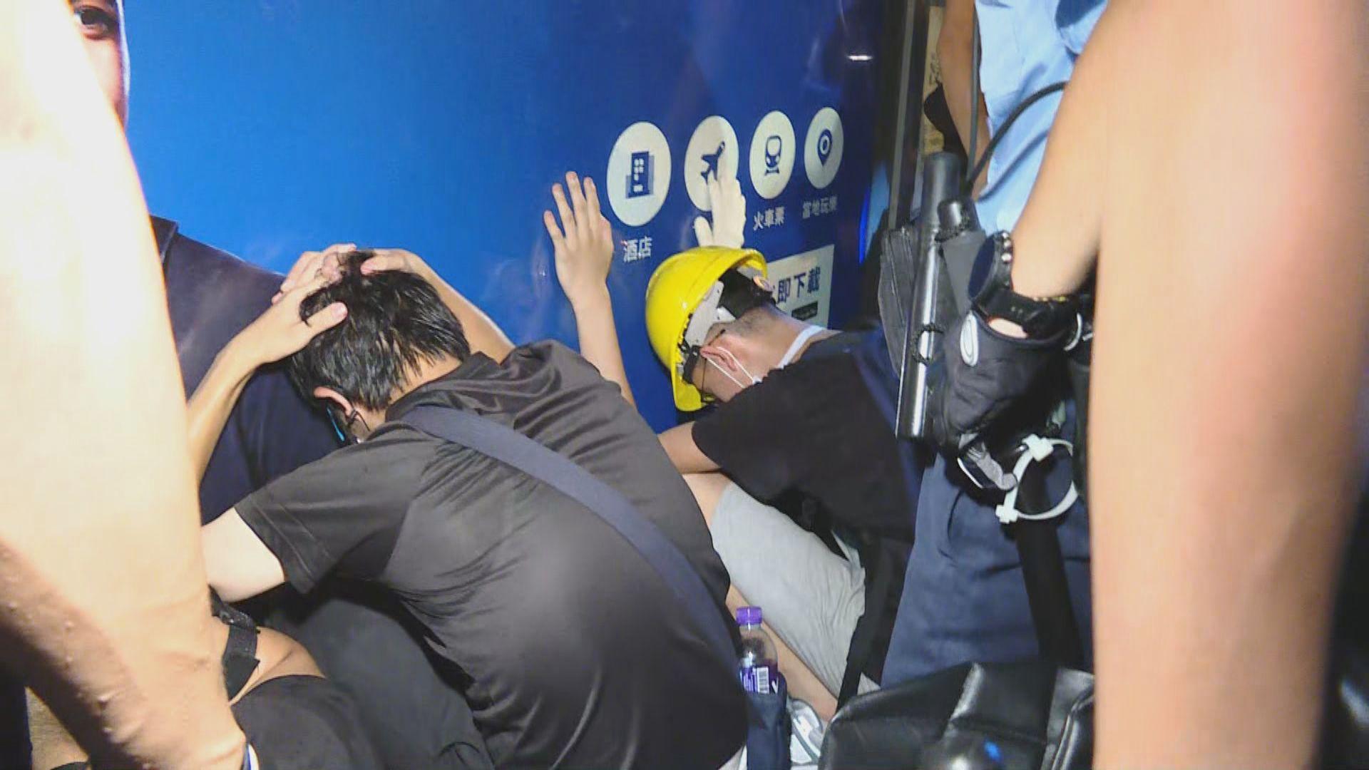 警方凌晨清場驅散警總示威者 一涉襲警被捕