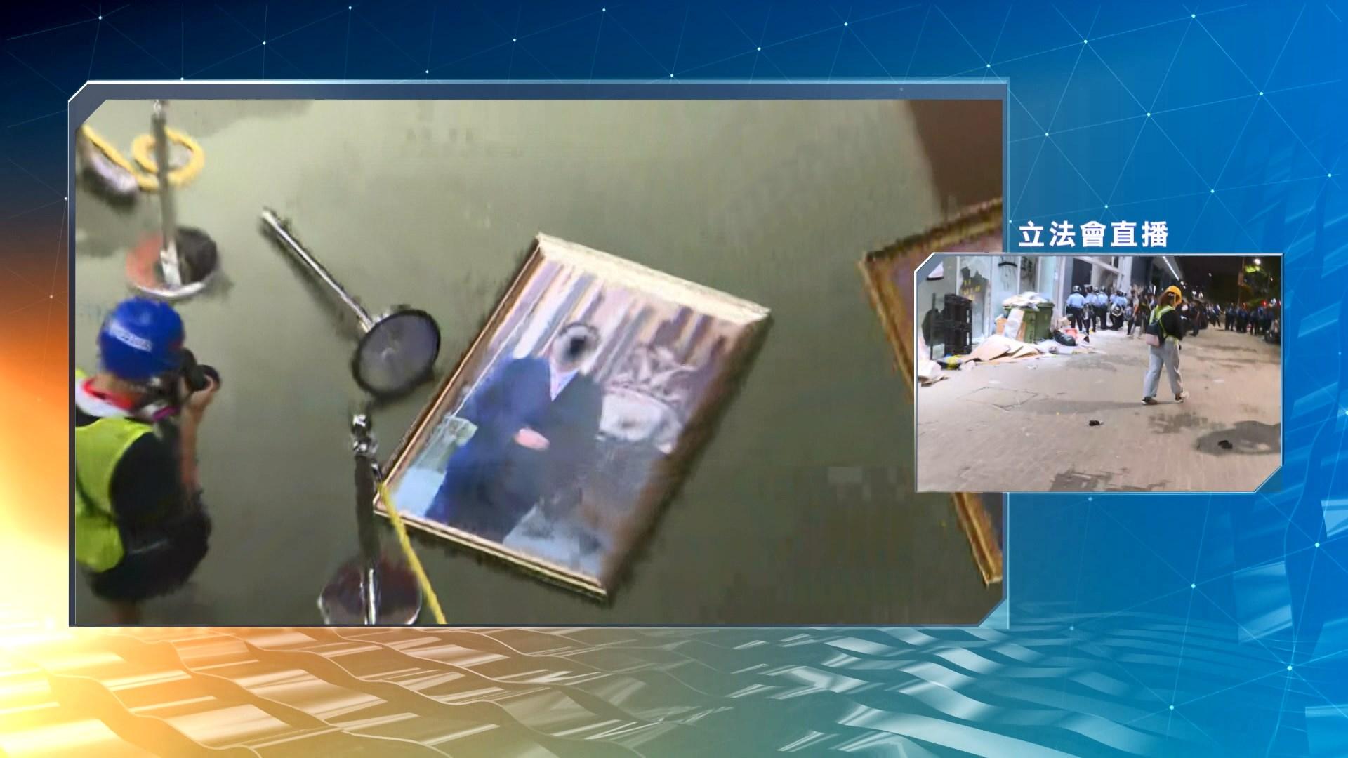 示威者佔據會議廳塗污區徽 梁君彥相片被拆
