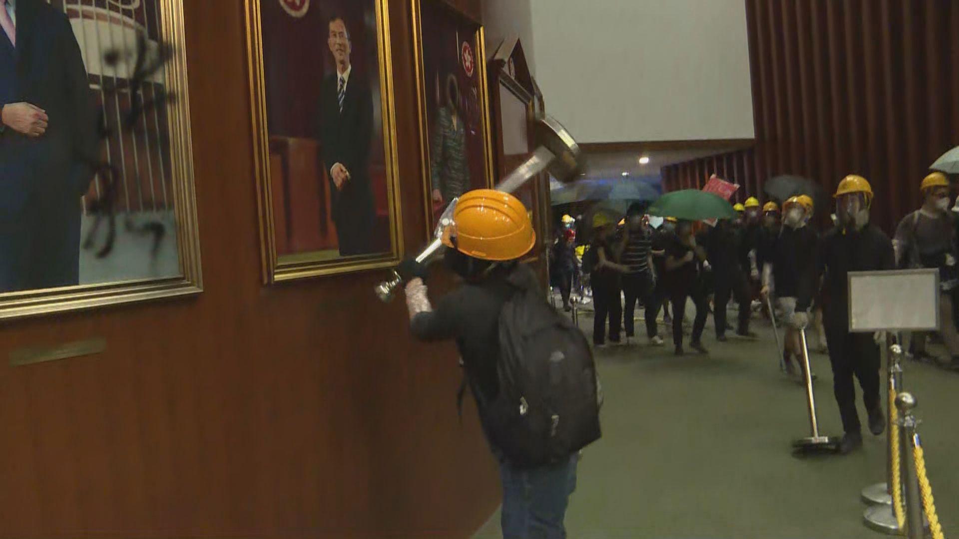 示威者闖入立法會大樓到處破壞
