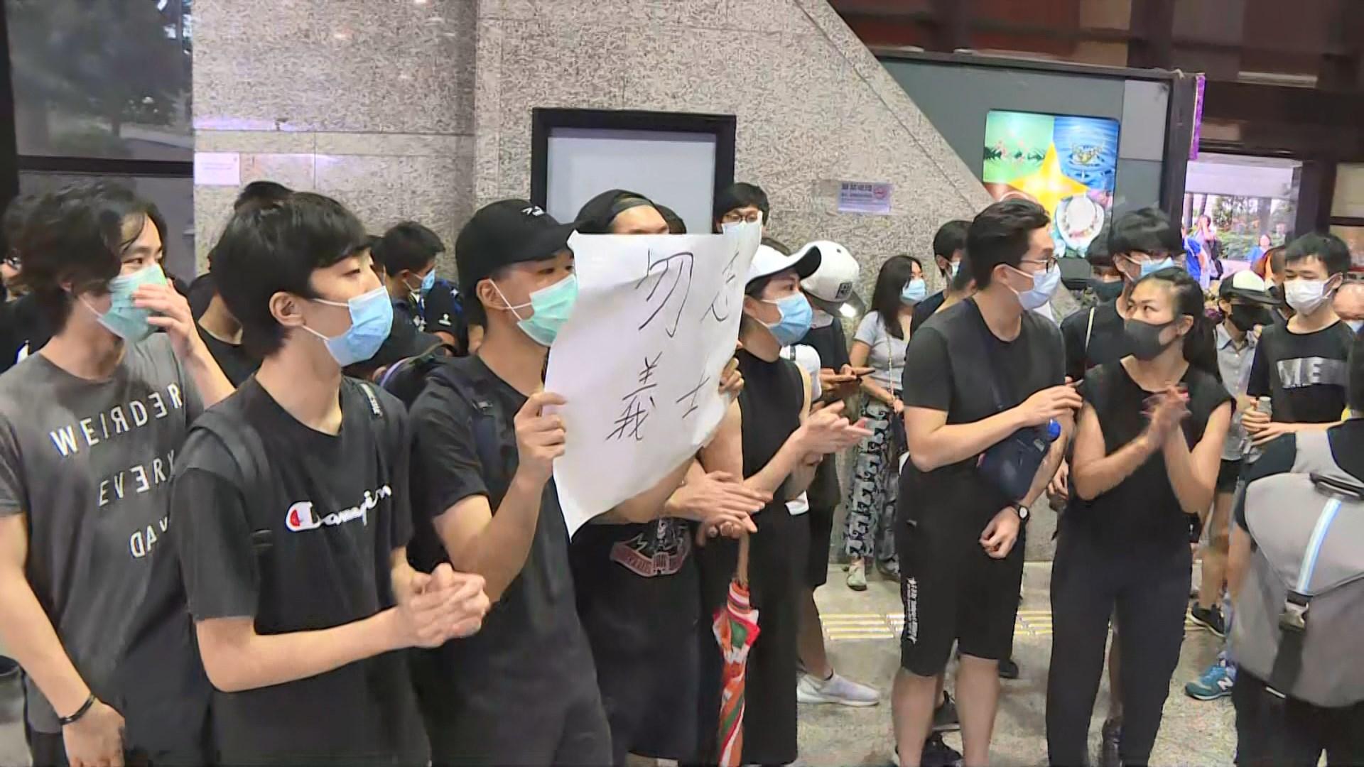 示威者轉到入境事務大樓繼續示威
