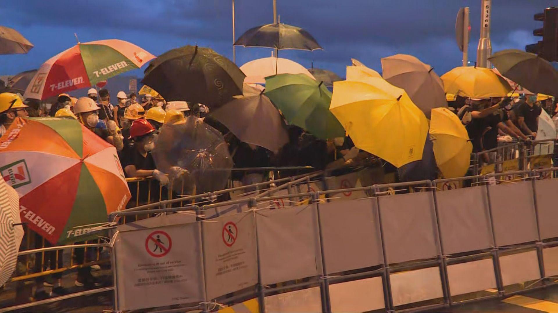 示威者將鐵馬推往會展方向 警方出示紅旗警告