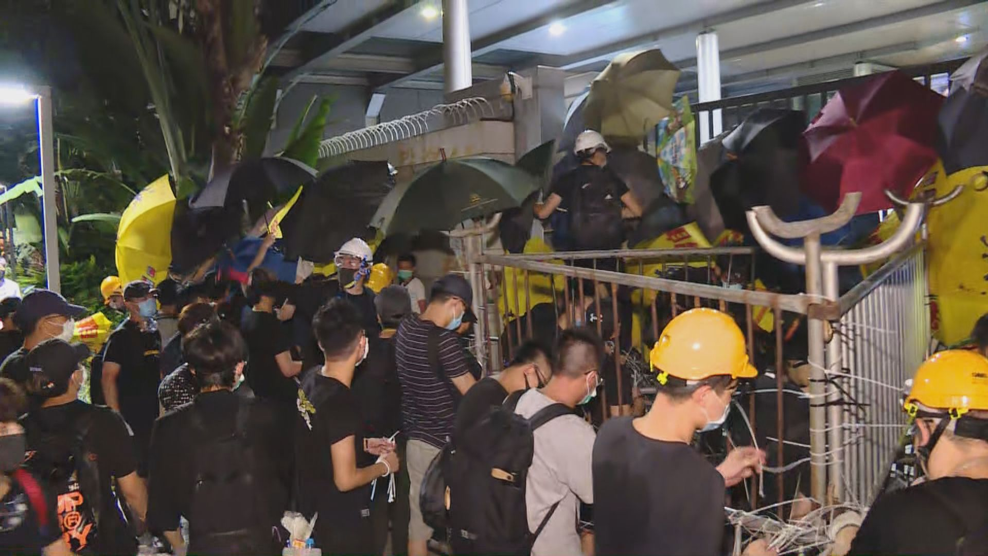 警方凌晨清場驅散示威者