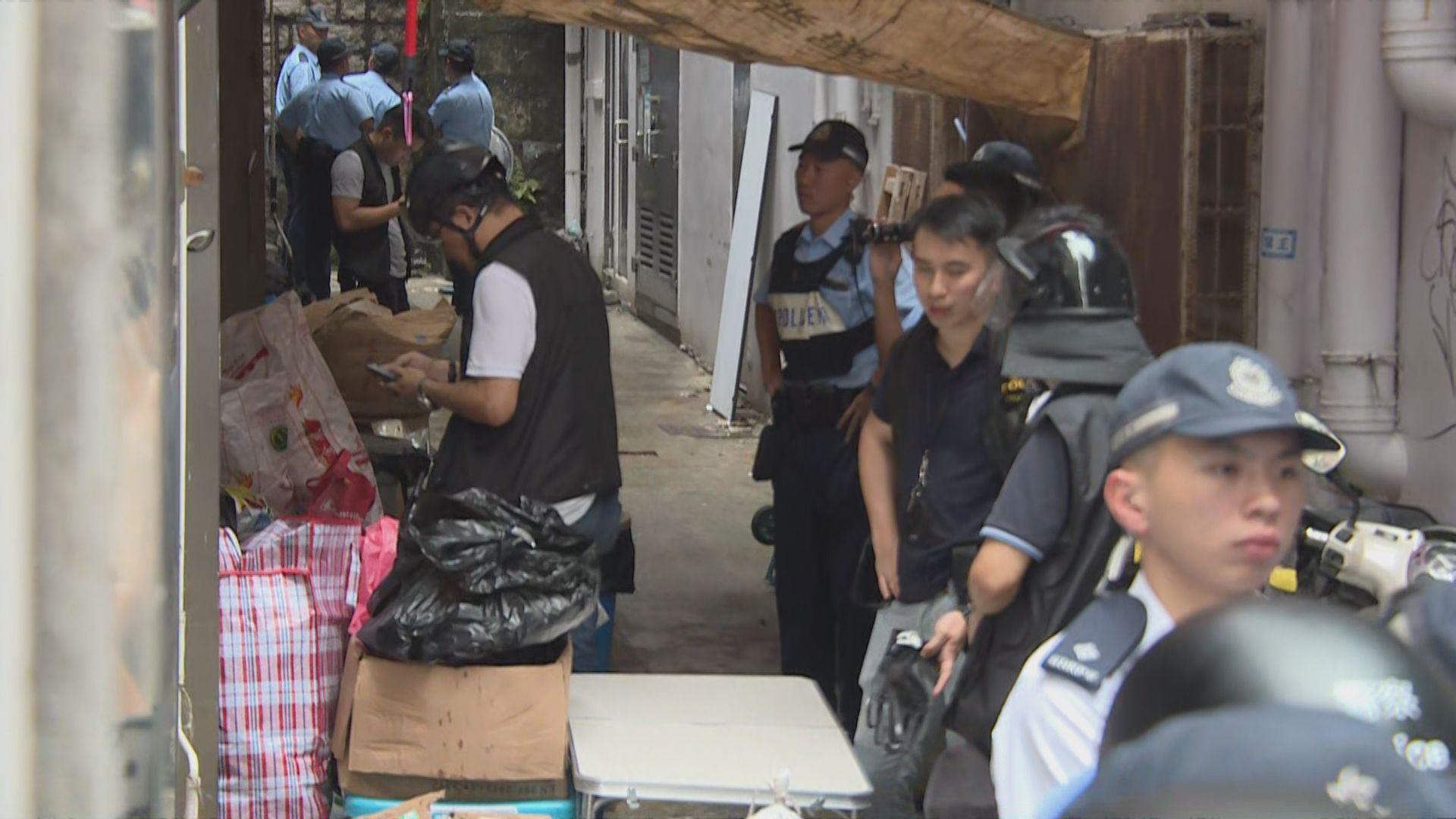 警方搜查售防具店舖 帶走最少一名男子