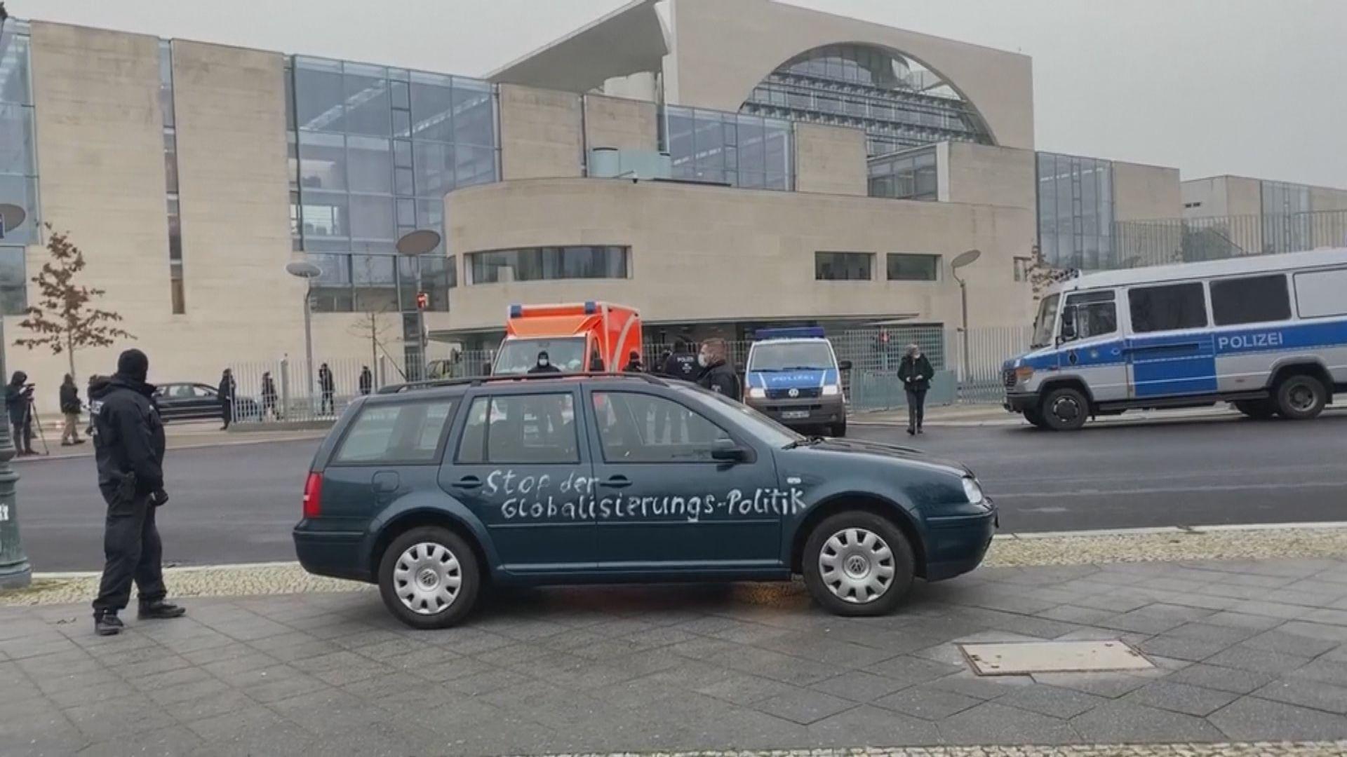 德國柏林有人駕車撞向總理府大閘
