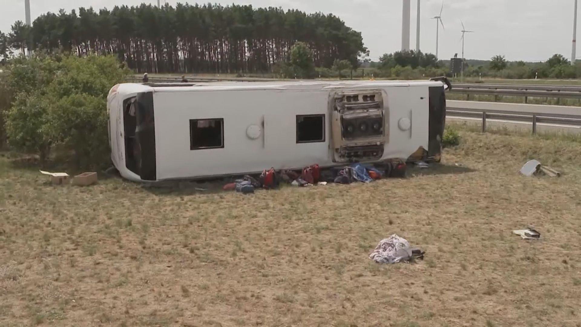 德國高速公路巴士翻側19傷