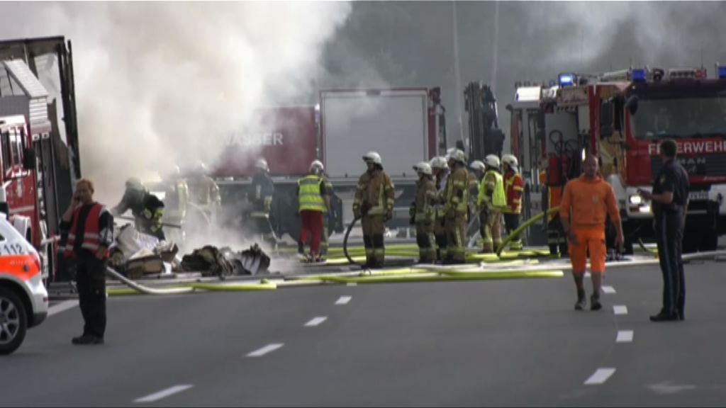 德國旅遊巴撞貨車後起火至少18 死多人傷