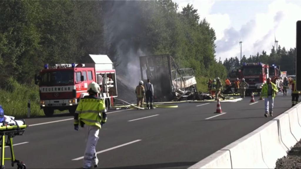 德國旅遊巴與貨車相撞起火18死
