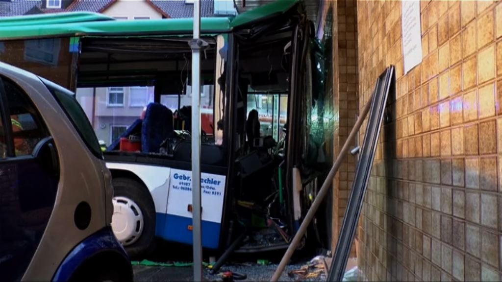 德國一架校巴撞向建築物逾四十傷