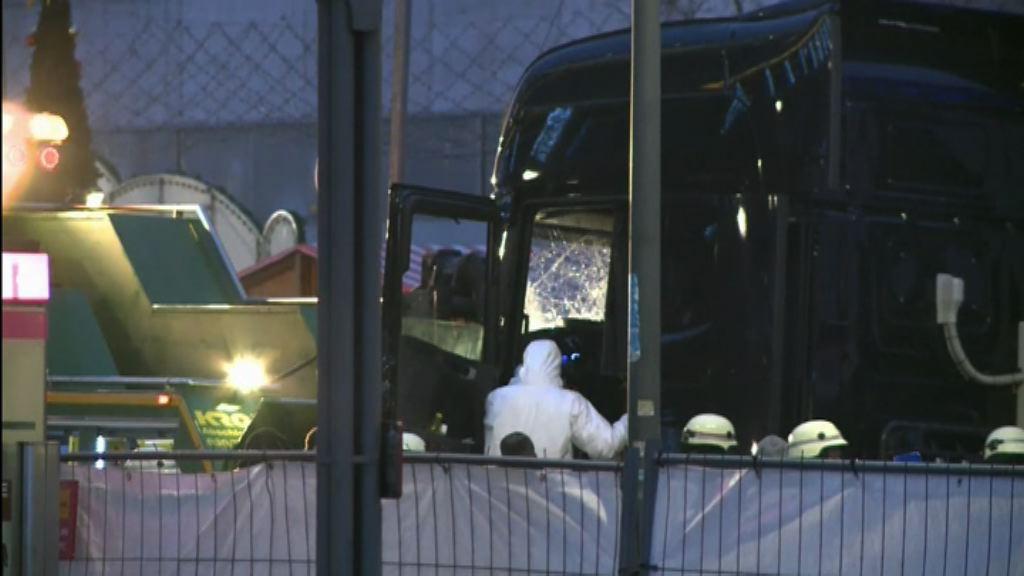 貨車撞聖誕市集 德警方拖走拖頭調查