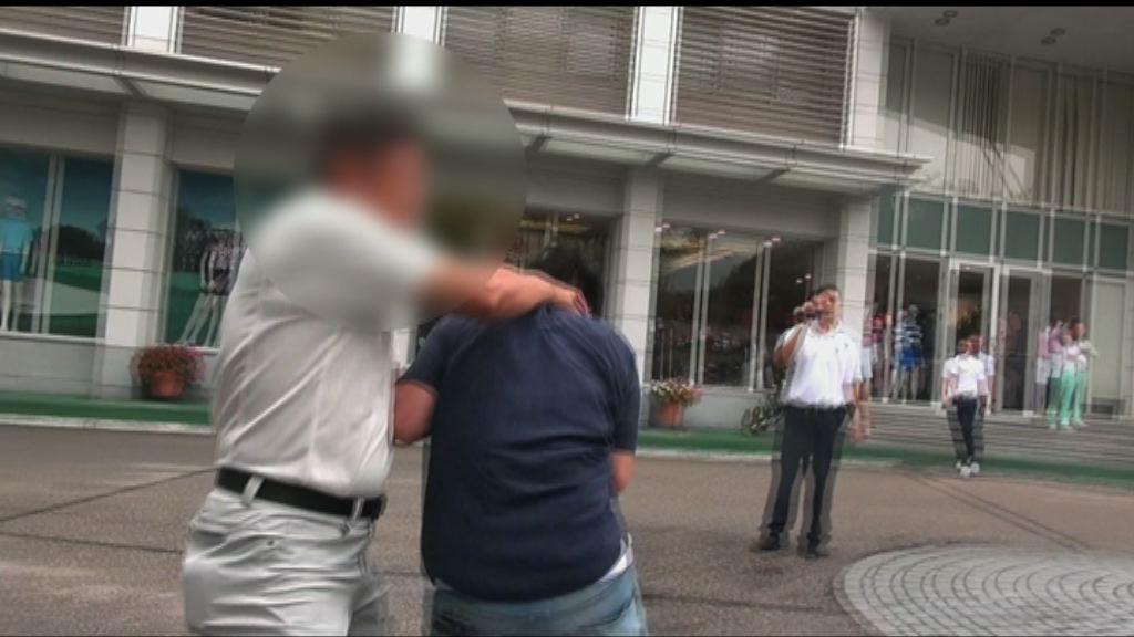 工黨成員到高球場示威遭叉頸 警拘一男子