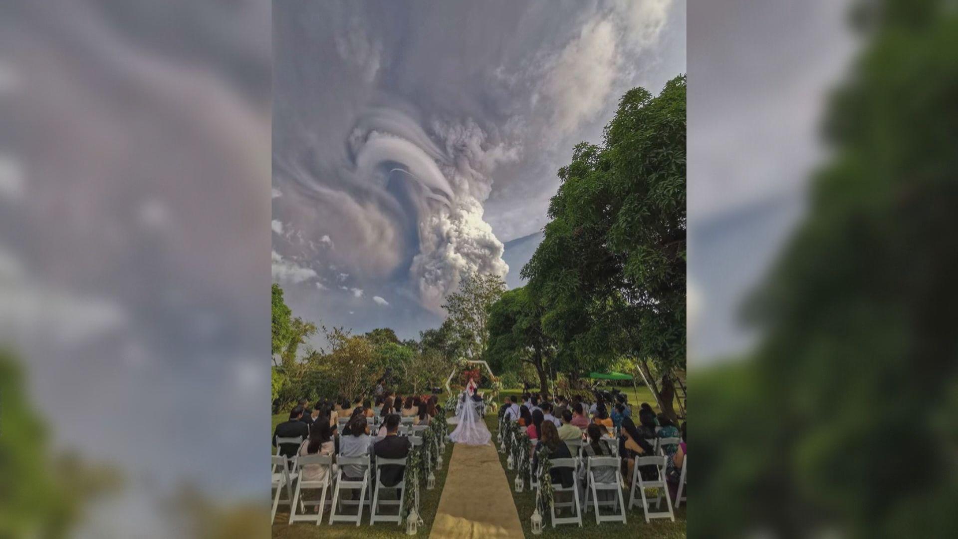 【環球薈報】菲律賓一對新人火山爆發下堅持完婚