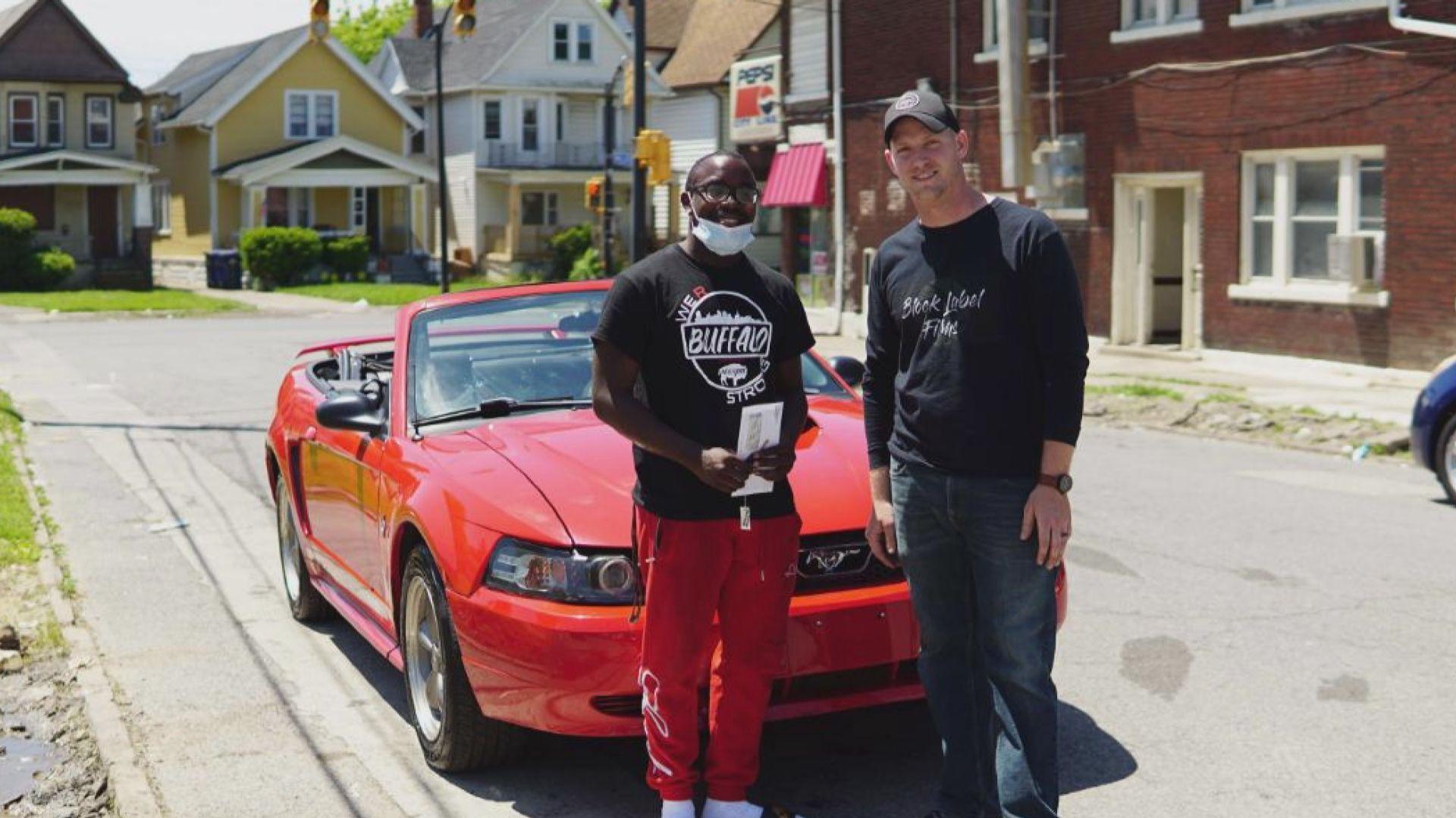 【環球薈報】美國非裔男生主動清潔示威後垃圾 獲贈跑車