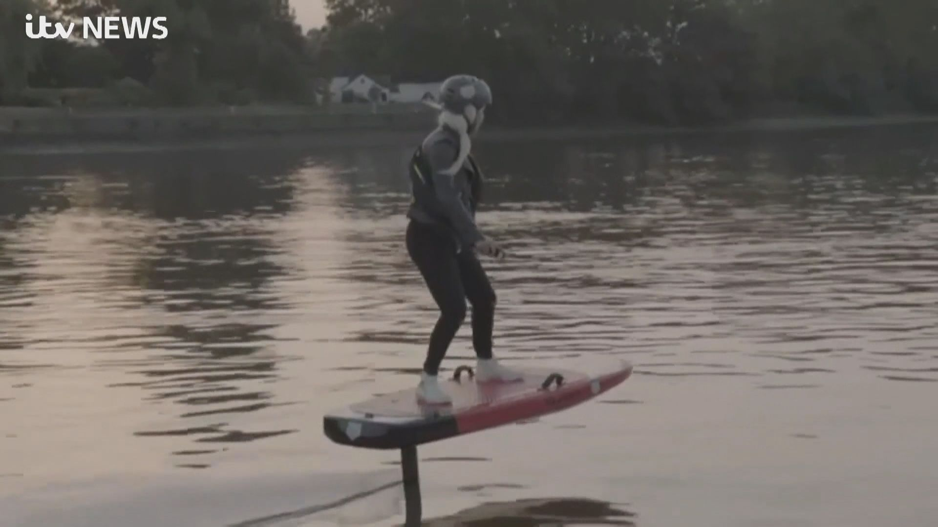 【環球薈報】滑雪運動員踏上「飛行滑板」穿梭泰晤士河