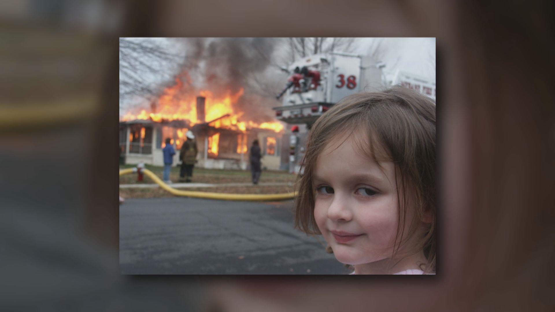【環球薈報】迷因圖「災難女童」原圖拍賣 近50萬美元成交